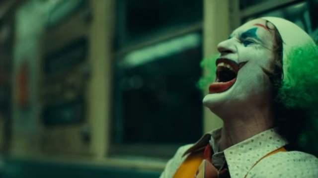 其實他真的笑過!《小丑》導演談電影中那場「唯一的笑」!