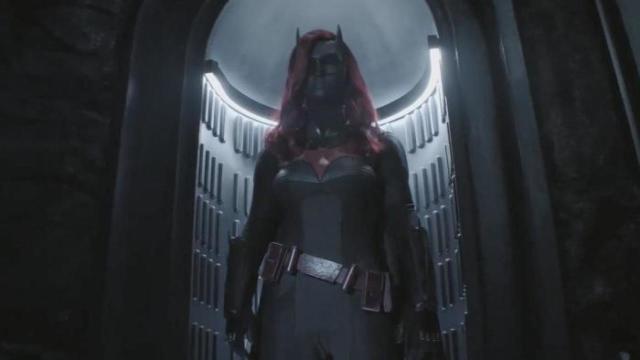 《蝙蝠女俠》S1 E17:緘默再度現身!殺死盧修斯的幕後黑手終於揭曉!