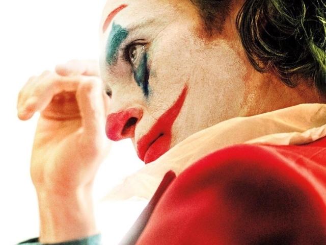 【影評專欄】《小丑》:在「世紀傑作」與「空洞膚淺」間搖擺難定的現代笑面人悲劇
