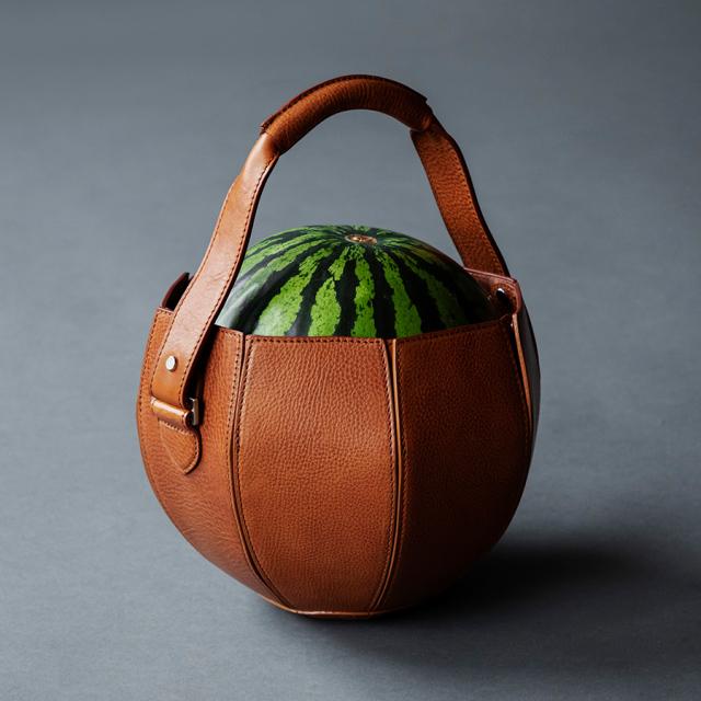 買水果也講求環保?小玉西瓜專用皮製手提袋  走進市場超時尚!